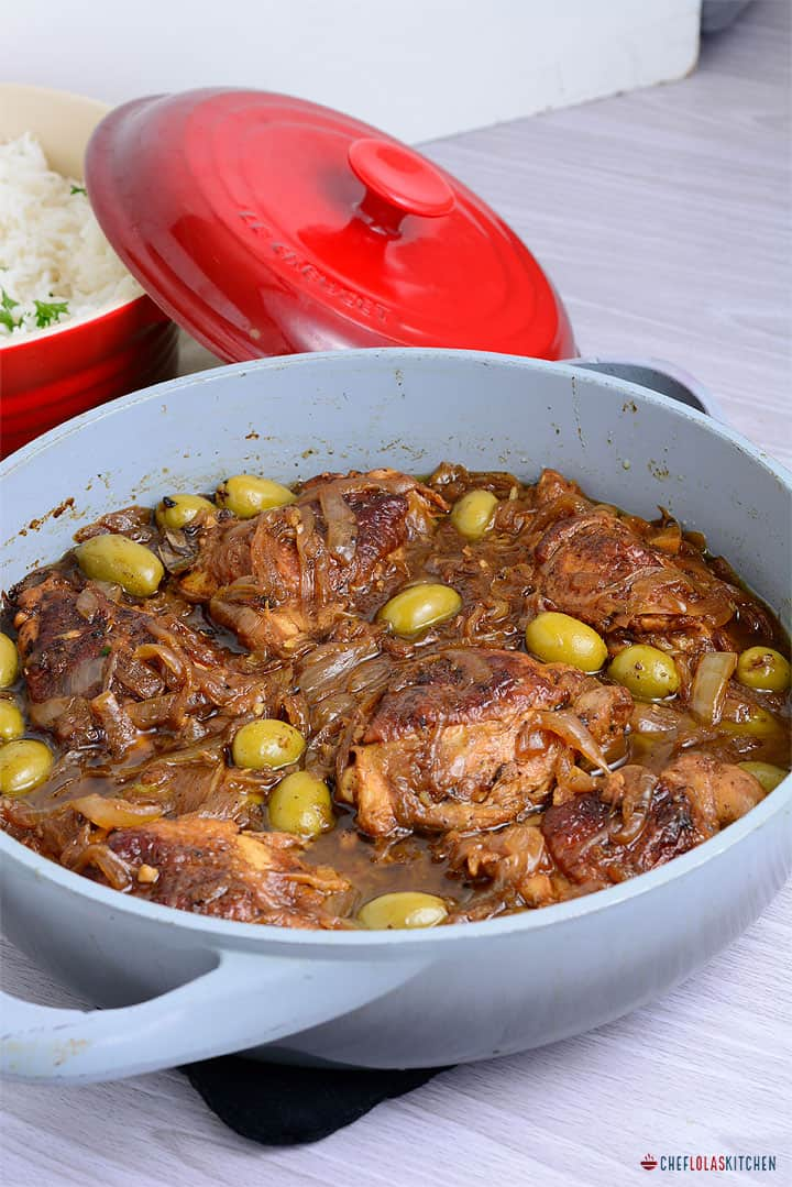 Yassa poulet with green olives in a pan.